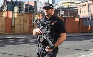 Un policier britannique patrouille le 23 mai 2017, au lendemain de l'attentat qui a fait 22 morts et 59 blessés à Manchester.