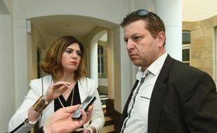 """""""Je souhaitais que les règles changent, je ne pouvais pas rester sans rien faire"""", a déclaré Raphaël Halet (D), ici avec son avocate May Nalepa, au palais de justice de Luxembourg le 26 avril 2016"""