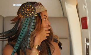 Beyoncé porte une montre Apple Watch tout en or.