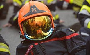 Un casque de pompier ou de pompière. (illustration)