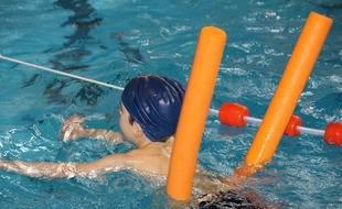 Un enfant qui apprend. à nager