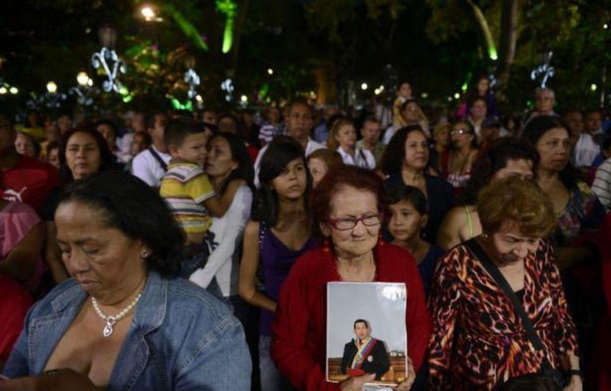 Le Venezuela prenait conscience lundi de la gravité de l'état du président Hugo Chavez, hospitalisé depuis trois semaines à La Havane et dont la santé s'est détériorée ce week-end, plongeant le pays dans l'incertitude à dix jours de la date prévue de sa prestation de serment. – Juan Barreto afp.com