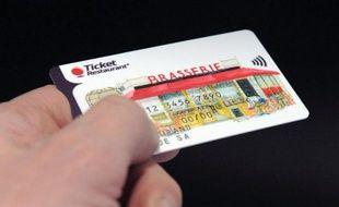 Photo prise le 7 mars 2014 d'une carte de Ticket Restaurant, produit du groupe Edenred