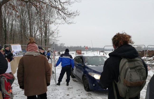 Des opposants échangent quelques mots avec les gendarmes auxquels ils font face à l'entrée du site de chantier du projet autoroutier controversé du Grand contournement ouest de Strasbourg à Vendenheim.