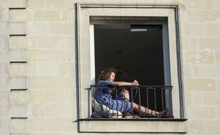Une Française confinée dans son appartement en avril 2020.
