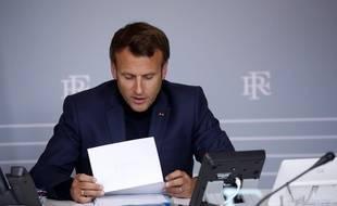 Emmanuel Macron participe à un appel en vidéoconférence depuis l'Elysée, le 30 avril 2020.