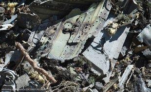 Les gendarmes pendant les recherches sur les lieux du crash de l'A320 de la Germanwings.