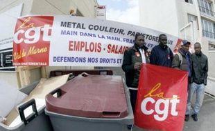 Pour la première fois en France, quelque 300 salariés sans-papiers d'une vingtaine d'entreprises franciliennes de différents secteurs ont entamé mardi une grève illimitée, avec le soutien de la CGT au niveau confédéral, pour demander leur régularisation.