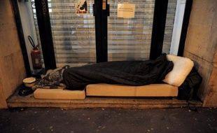 Foyers, parkings ou locaux à poubelles: des SDF parisiens, qui ont encore à l'esprit l'hiver rude de l'an passé, conjuguent débrouille et aide des associations pour dormir au chaud la nuit et se préparer à l'arrivée de la première vague de froid, annoncée cette semaine.