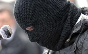 9 avril 2012, un membre masqué de l'IRA lit un message au cours d'une commémoration.