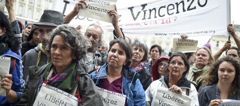 Des militants étaient venus apporter leur soutien à Vincenzo Vecchi devant la cour d'appel de Rennes, en août 2019.