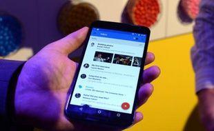 Un téléphone tournant avec le système d'exploitation de Google, Android, à New York le 29 octobre 2014