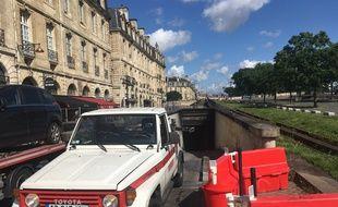 Les dépanneuses ont commencé à sortir des véhicules bloqués dans le parking des Salinières ce jeudi.