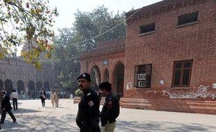 Une petite française de 11 ans, enlevée il y a sept ans en France par son père pakistanais qui l'avait emmenée clandestinement dans son pays, a été remise vendredi au Pakistan à sa mère française sur décision de la justice, a indiqué à l'AFP l'ambassade de France.