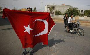 Un drapeau turc déployé en soutien à l'offensive