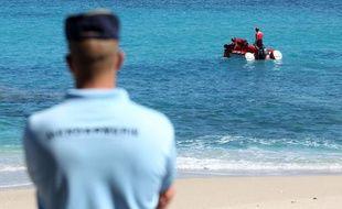 Un gendarme sur la plage de Boucan Canot, à Saint-Paul (La Réunion), le 20 septembre 2011.