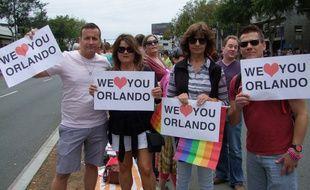A la gay pride de West Hollywood, de nombreux participants affichent leur soutien à Orlando, après l'attaque terroriste du 12 juin 2016.
