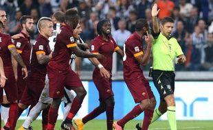 Les joueurs de l'AS Roma contestent une décision de l'arbitre du match contre la Juventus de Turin, le 4 octobre 2014.