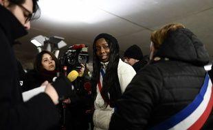 La conseillère municipale d'Etampes Mama Sy a lancé une opération pour alerter sur la situation des sans-abri, en dormant dans la rue, le 28 février 2018 à Paris