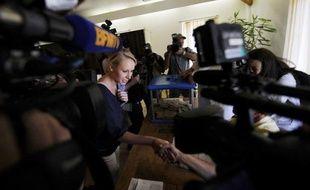 Jean-Marie Le Pen, président d'honneur du FN, a salué dimanche soir à Carpentras la victoire de sa petite-fille Marion Maréchal-Le Pen dans la 3e circonscription du Vaucluse, face au député sortant UMP Jean-Michel Ferrand et à la PS Catherine Arkilovitch.