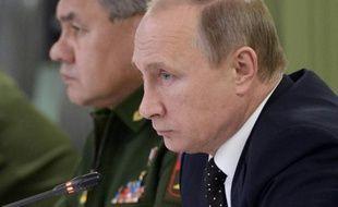 Le président russe Vladimir Poutine (d) et son ministre de la Défense Sergei Shoigu à Moscou le 17 novembre 2015