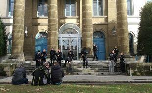Le palais de justice du Puy-en-Velay, ce lundi avant la comparution de trois prévenus arrêtés durant la manifestation des « gilets jaunes » de samedi.