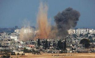 Vue prise du côté israélien le 10 aout 2014 montrant l'arrivée d'une frappe israélienne sur le territoire palestinien de la bande de Gaza