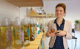 Dans les rayons de Wakey, Méganne Monteillet vend des cosmétiques rechargeables.