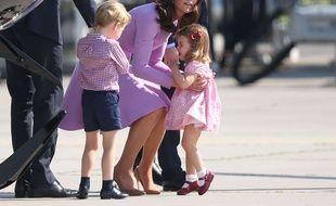 La princesse Charlotte dans les bras de sa mère lors d'un précédent chagrin, le 21 juillet.