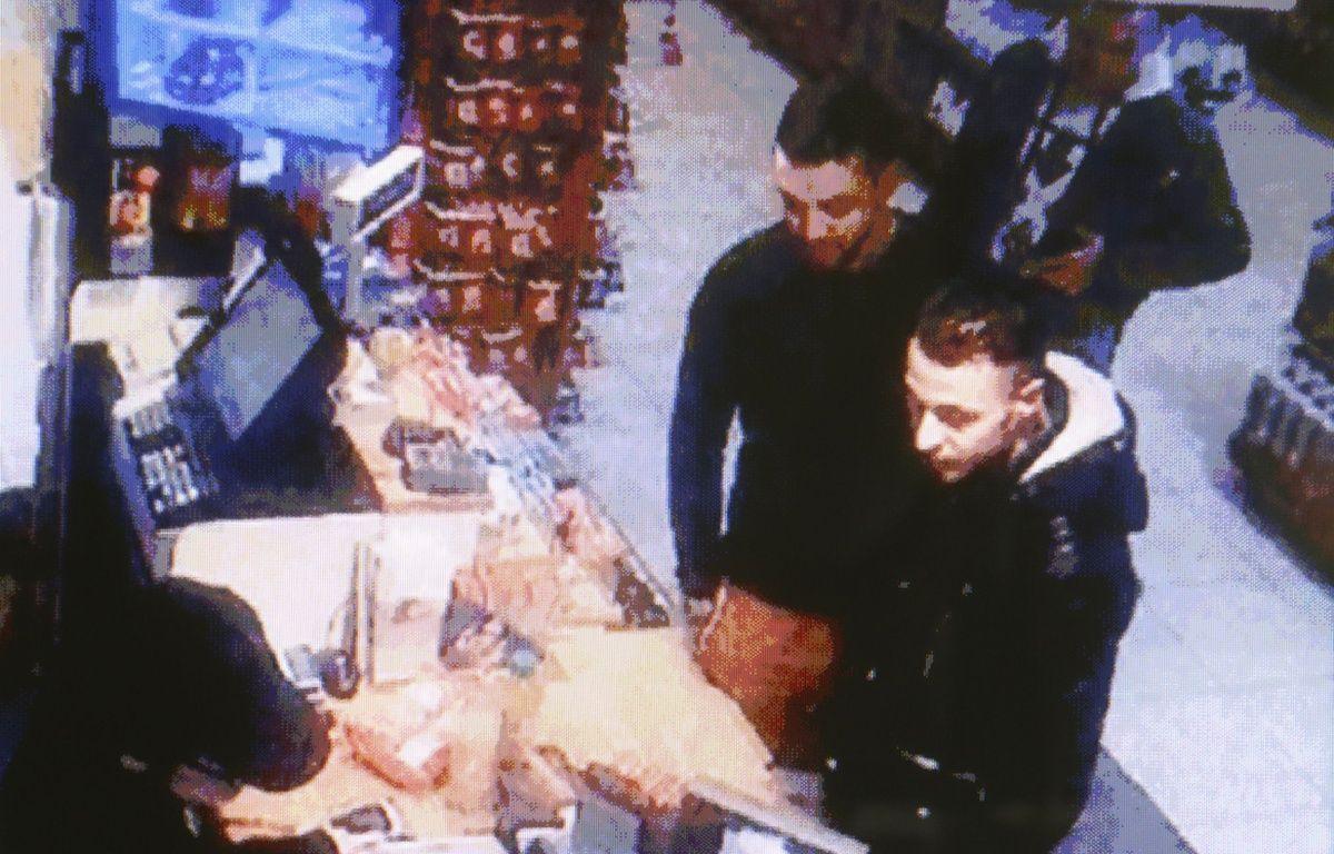 Mohamed Abrini et Salah Abdeslam, filmés par la caméra de surveillance d'une station-service à Ressons, lors de leur fuite vers la Belgique. –  WILLIAM ABENHAIM/SIPA