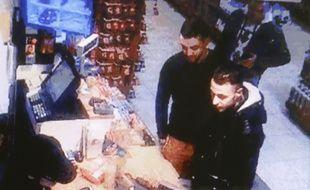 Mohamed Abrini et Salah Abdeslam, filmés par la caméra de surveillance d'une station-service à Ressons, lors de leur fuite vers la Belgique.