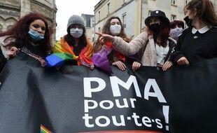 Des manifestantes tiennent une bannière «PMA pour toutes», à Angers, le 30 janvier 2021.