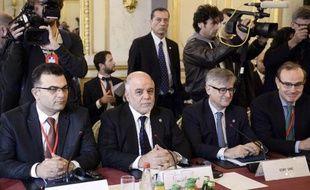 Le Premier ministre irakien Haider al-Abadi (c) et des membres de la coalition anti-EI à Paris, le 2 juin 2015