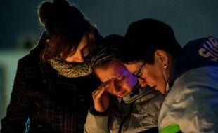 Des employés de l'aéroport en pleurs le 23 mars 2016 à Zaventem