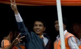 En tout, une centaine de personnes ont été tuées dans les violences qui ont émaillé depuis le 26 janvier le bras de fer entre M. Rajoelina et le président Ravalomanana dans la grande île de l'océan Indien.