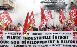 Les employés de General Electric et des représentants syndicaux manifestent pour la sauvegarde de leur usine, le 22 juin 2019 à Belfort.