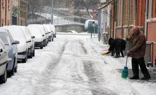 A Toulouse, le 9 janvier 2010, des habitants retirent la neige des trottoirs