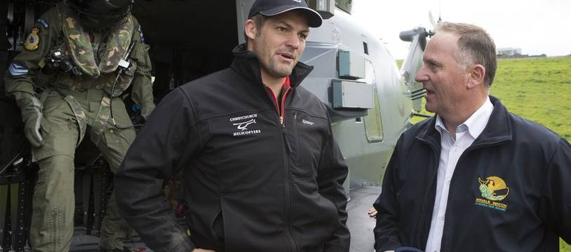 Richie McCaw avec les secouristes néo-zélandais le 14 novembre 2016.