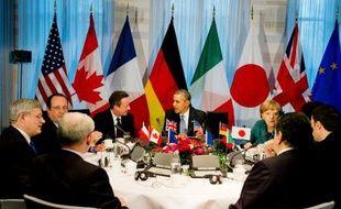 De gauche à droite: le Premier ministre canadien Stephen Harper, le président français François Hollande, le Premier ministre britannique David Cameron, le président américain Barack Obama et la Chancelière allemande Angela Merkel au Sommet du G7 à La Haye, le 24 mars 2014