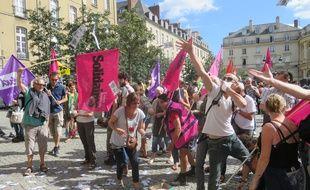 Les manifestants ont jeté de faux billets de banque sur la façade de la mairie de Rennes.