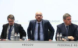 (De gauche à droite) Le procureur fédéral  Frederic Van Leeuw, le Premier ministre belge Charles Michel and Vice-Prime Minister et le ministre de l'Intérieur Jan Jambon lors de la conférence de presse à la suite des attentats du 22 mars 2016 à Bruxelles.