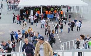 Entrée des premiers supporters au Nouveau stade de Bordeaux le 23 mai 2015