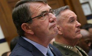 Ashton Carter (g) secrétaire américain à la Défense et le général Joseph Dunford Jr, chef des Etats majors le 1er décembre 2015 à Washingto