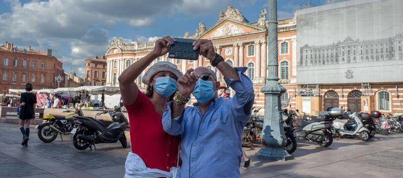 Des touristes se prennent en photo à Toulouse, à l'été 2020.