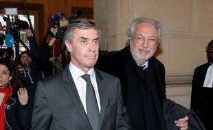 Jérôme Cahuzac et son avocat Jean-Alain Michel à la sortie du palais de justice le 10 février 2016 à Paris
