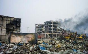 Des rues toujours fumantes le 14 août 2015 à Tianjin, au surlendemain des explosions qui ont fait des dizaines de morts dans cette ville de l'est de la Chine