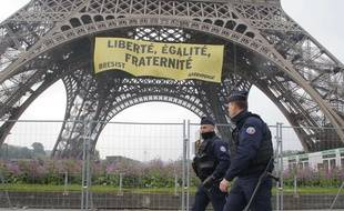 Des policiers à Paris devant la tour Eiffel, le 5 mai 2017.