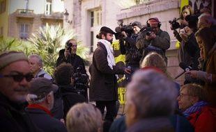 L'agriculteur azuréen Cédric Herrou s'adressant à la presse devant le palais de justice de Nice, le 4 janvier 2017