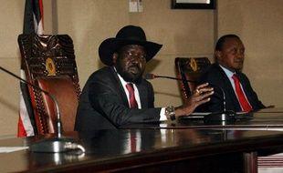 Le président sud-soudanais Salva Kiir (g) et son homologue kényan Uhuru Kenyatta le 26 décembre 2013 à Juba