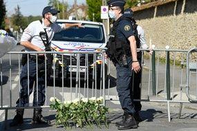 Des policiers montent la garde à Rambouillet, le 26 avril 2021, en marge d'un rassemblement en hommage à la mort d'une fonctionnaire de police tuée dans un attentat terroriste trois jours plus tôt. (Illustration)